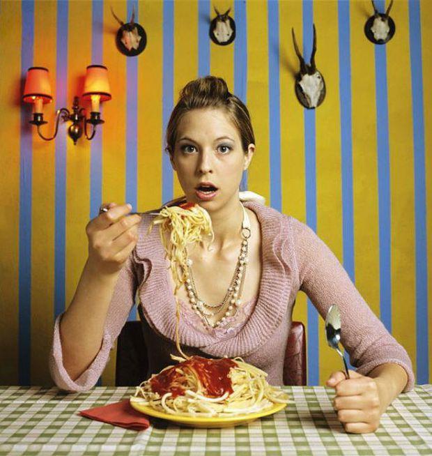 Кожна з нас хоча б раз їла що-небудь солодке або гостре, навіть якщо недавно був обід.Причин може бути безліч: іноді нас на це штовхає нудьга, а декол