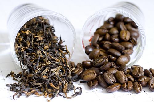 Як чай, так і кава є смачними напоями, але зловживати ними не варто. Наприклад, крім того, що чай тамує спрагу, зігріває, лікує, виводить шлаки і наві