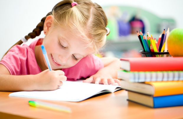 Мами знають, як важко привчити дитину правильно тримати ручку. Задуматися над цим варто раніше, ніж ви почнете збирати малюка до школи. З раннього дит