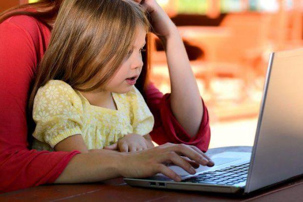 Академіки Гуелфского університету в Канаді розповіли, що батьки, які заохочують своїх дітей телефоном або приставкою, завдають тільки шкоди.
