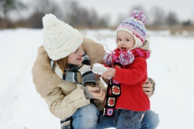 6226358-little-winter-baby-girl-and-her-mother-making-a-snowball.jpg (202.19 Kb)
