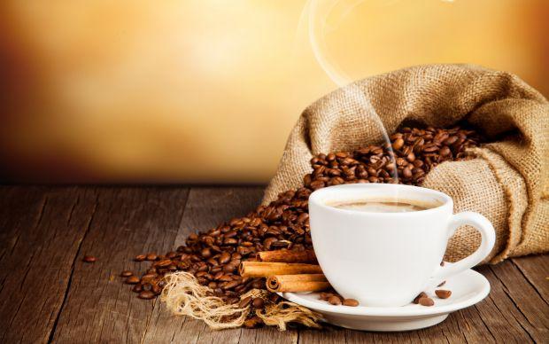 Медики переконують, що у людей, що випивають в день 2-3 чашки кави, ризик розвитку серцевих захворювань знижується на 25% порівняно з тими, хто взагал
