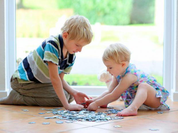 Батьком варто знати, що найкращим способом розвитку дрібної моторики і просторового мислення є мозаїки і пазли.