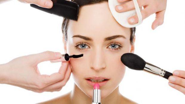 Виглядати на кілька років молодше без ін'єкцій і хірургічного втручання допоможе антивіковий макіяж.