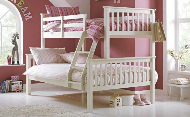 Наскільки рентабельні двоповерхові ліжечка? Чи виправдовує себе така покупка? Що треба знати батькам, які купили дітям таке ліжко? Про все це говоримо