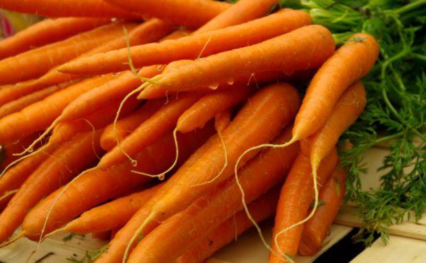 Маска з моркви допоможе очистити обличчя від прищів та червоних плям.
