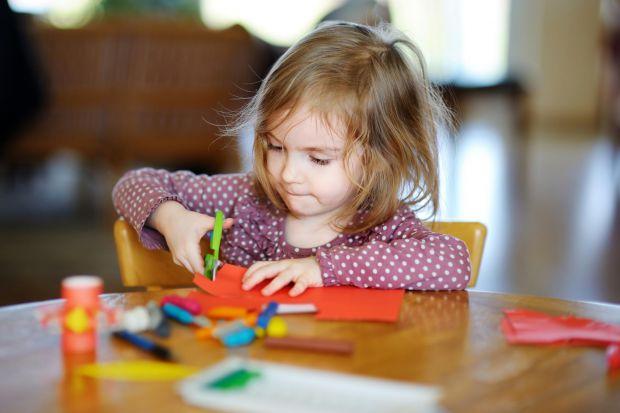 Існує величезна кількість всіляких способів, використовуючи які можна навчити дитину вже в три роки розрізняти шість кольорів (червоний, синій, жовтий