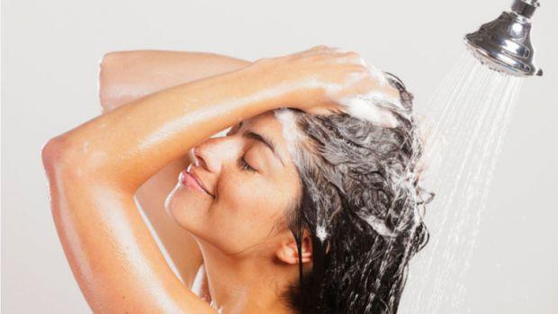 Чи корисно мити голову зранку - читайте далі.