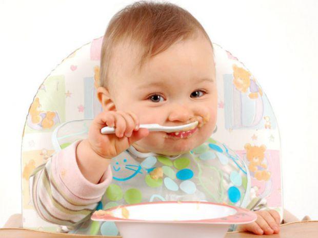 Як привчити малюка самостійно їсти - читайте далі.