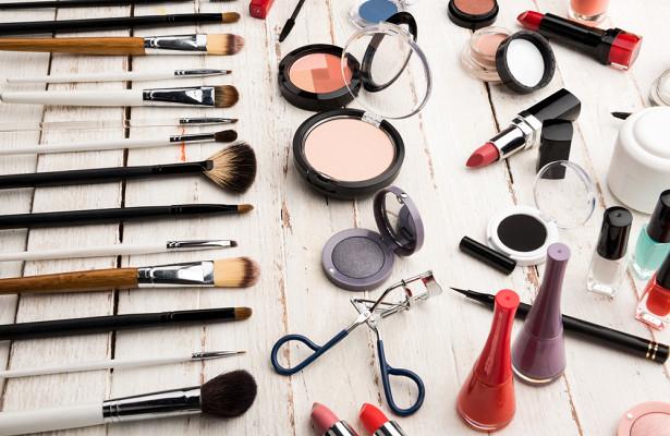 Як візуально повернути час назад і які засоби для макіяжу обличчя найкраще скорегують недоліки шкіри - читайте далі.