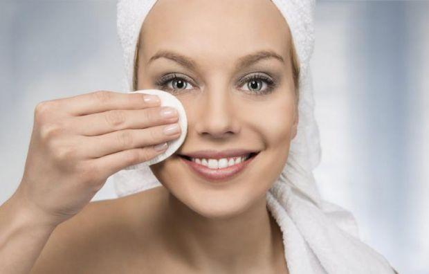 Найважливіша сходинка (у будь-якому макіяжі — не лише стійкому) — це правильна підготовка. Поверхня обличчя повинна бути рівною, очищеною і в міру зво