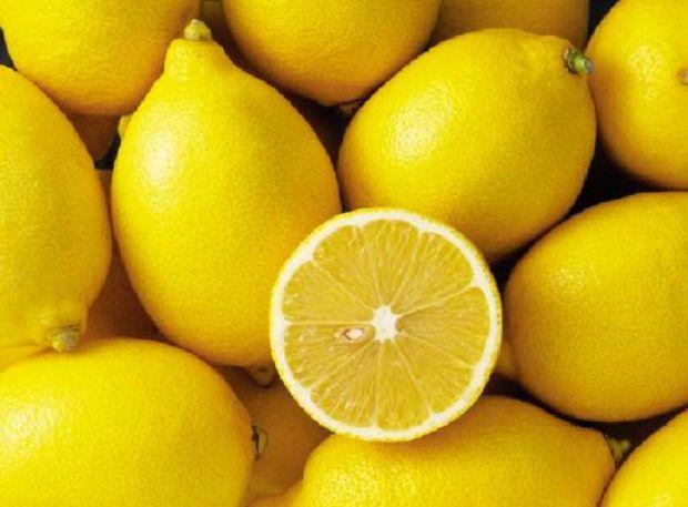 Натуральні кислоти і масла, що містяться в лимонах, є природними очисними агентами для боротьби з дрібними недоліками шкіри.