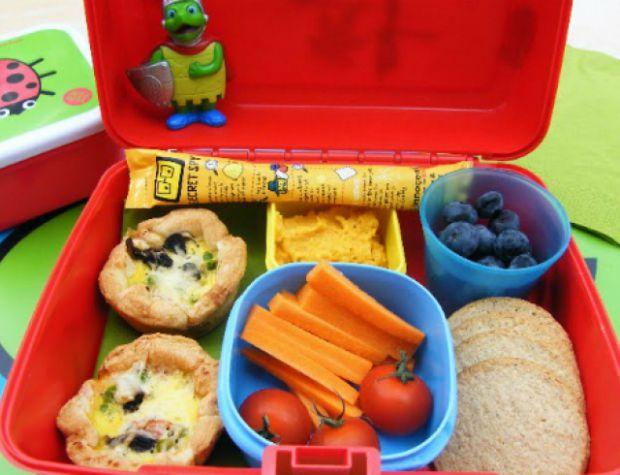 Багато мам переживають за харчування своєї дитини у школі. Разом із тим виникає розповсюджена проблема: що дати з собою у школу?