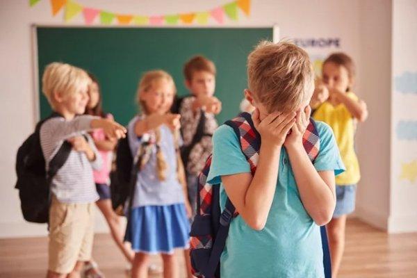 Як поводитися батькам, якщо їхню дитину ображають у школі, про що важливо поговорити зі школярем і чи варто переводити його в інший навчальний заклад?