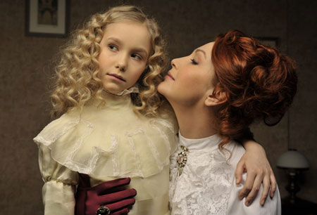 Відома телеведуча й акторка Сніжана Єгорова видала заміж свою 21-річну доньку Сашу.