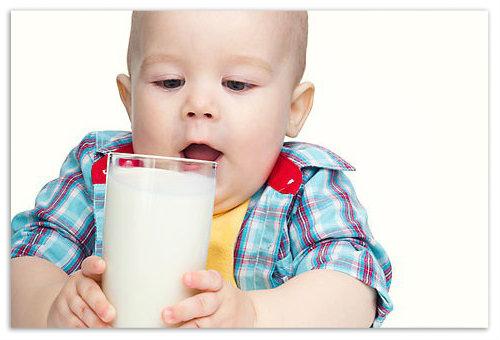 Медики рекомендують з десяти місяців вводити в раціон малюка звичайний кефір і натуральний йогурт.