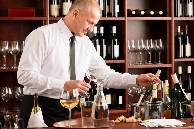 Часто людина, намагаючись впоратися з важким стресом, в першу чергу тягнеться до алкоголю. Але вживання алкоголю посилює всі пережиті почуття і не зні