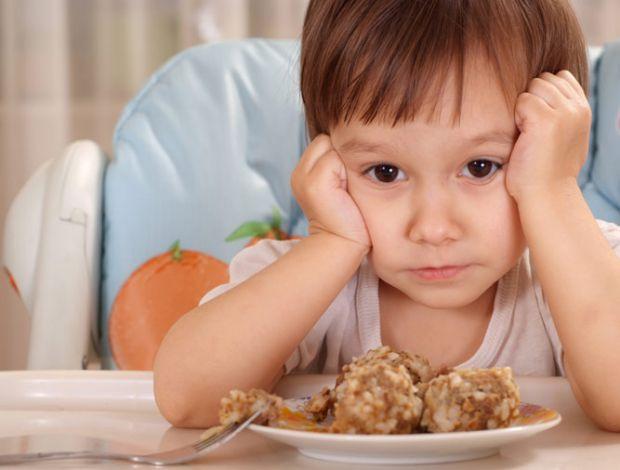 Часто батьки прагнуть якосога швидше познайомити дитину з дорослою їжею. а потім дивуються, чому у неї понос і харчова алергія. Сьогодні говоримо про