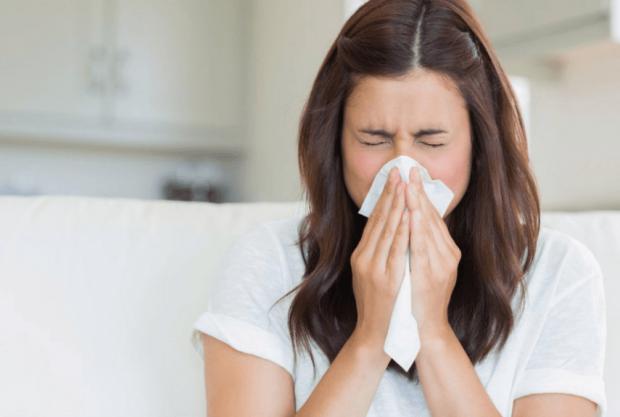 Аллергический ринит является воспалением, вызванным аллергенами. Воспалительный процесс включает слизистую оболочку носа, глаз, слуховых труб, среднег
