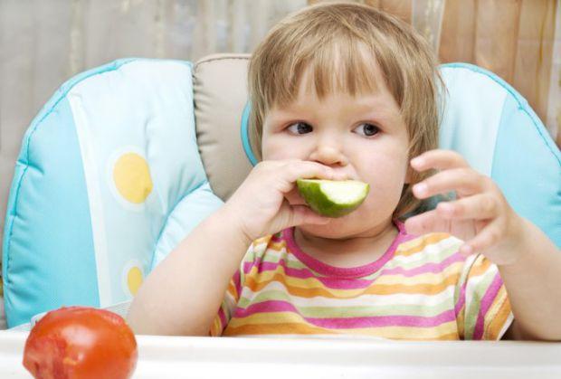 Найнебезпечніші продукти навесні - салат, зелень, огірки. Цими та іншими ранніми весняними плодами не варто надмірно захоплюватися ні дорослим, ні діт