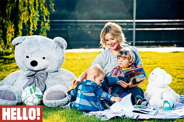 Зіркова матуся Марія Кожевнікова взяла участь у фотосесії для HELLO! разом з синами Максимом та Іваном.
