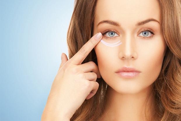 Причин, за якими ви можете вранці прокинутися з опухлими очима, багато: від проблем з нирками і алергічної реакції до безсонної ночі, сліз в подушку і
