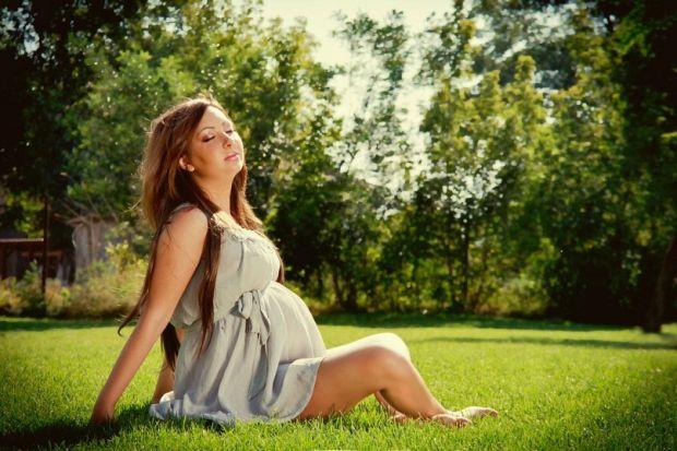 Як погода впливає на фізичний і моральний стан жінки під час вагітності та пологів - читайте далі.