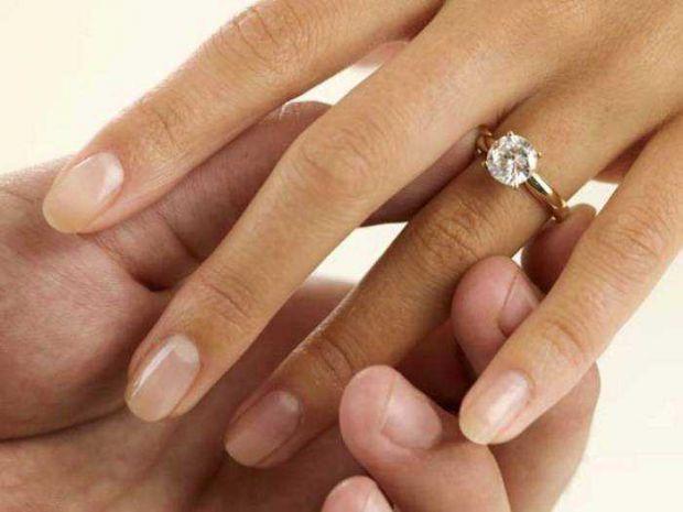Кольцо, которое дарит любимый мужчина женщине - это знак вечности в браке. Так считалось с давнего времени. Сейчас колечки могут дарить как на важный