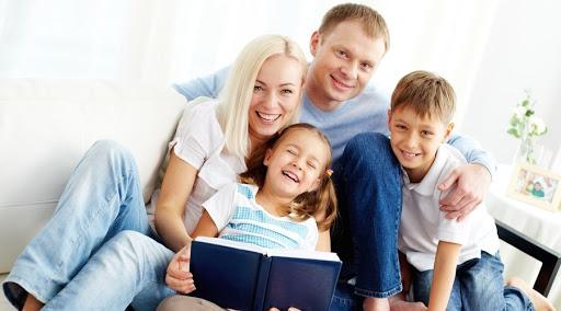 Часто батьки не розуміють, чи правильно виховують своїх дітей. Вони можуть порівнювати себе з іншими, аби зрозуміти ознаки хороших мам з татами. Психо