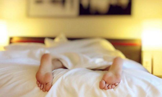 У традиціях багатьох народів є повір'я, що спати ногами до дверей, а також ставити ліжко напроти дверного отвору категорично не можна, чому - читайте