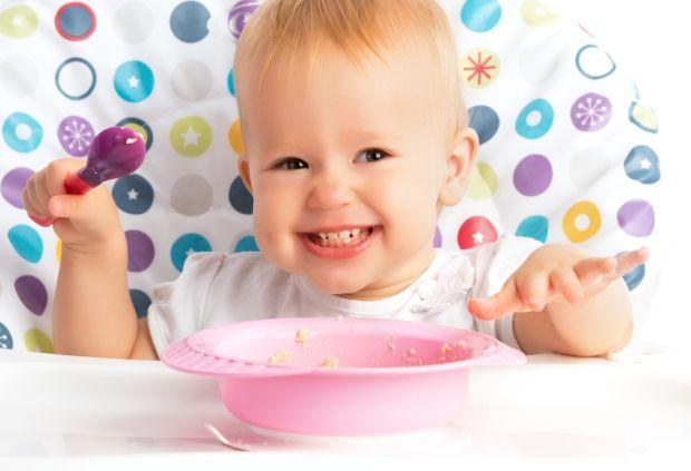 Перш ніж дитина починає самостійно їсти ложкою, проходять місяці, тому мамі і татові знадобиться терпіння і розуміння до цього етапу дорослішання. У м