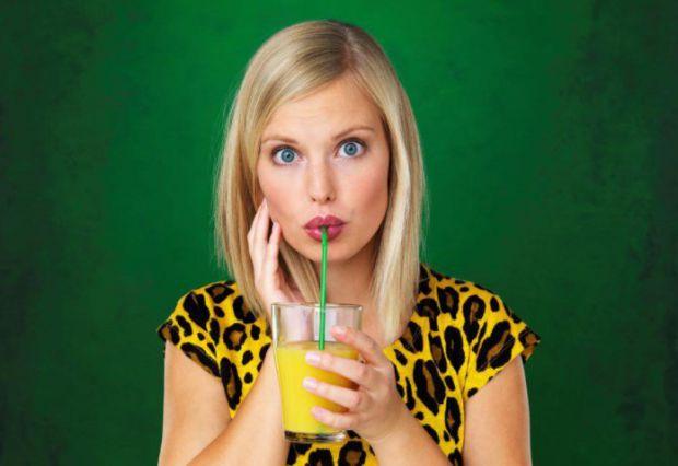 За словами експертів, у людей, які постійно п'ють через соломинки, підвищується ризик розвитку карієсу і порушень травного тракту.