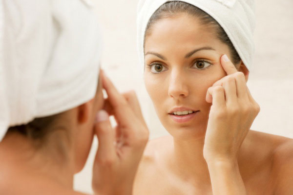 Темні кола під очима створюють багато дискомфорту, особливо жінкам. Доводиться накладати більше макіяжу, але і це не змінить самого факту присутності