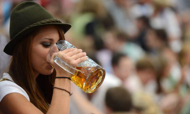 Не менш страшною проблемою, ніж чоловічий алкоголізм, є залежність від спиртного у жiнок, адже саме вони закладають основні звички в підростаюче покол