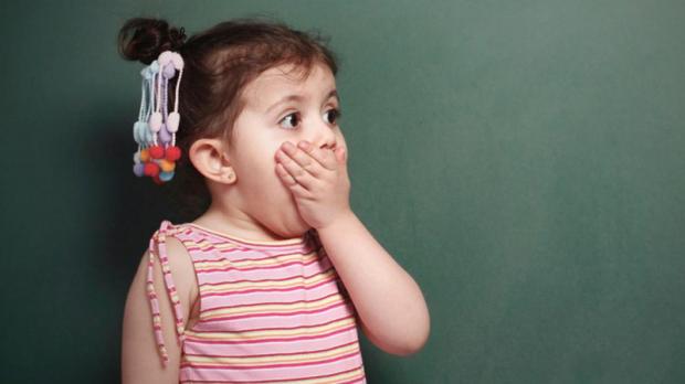 Коли маленьке дитя вигадує щось, щоб обхитрити маму з татом, це нам видається кумедним але коли старша дитина починає обманювати, це серйозний сигнал.