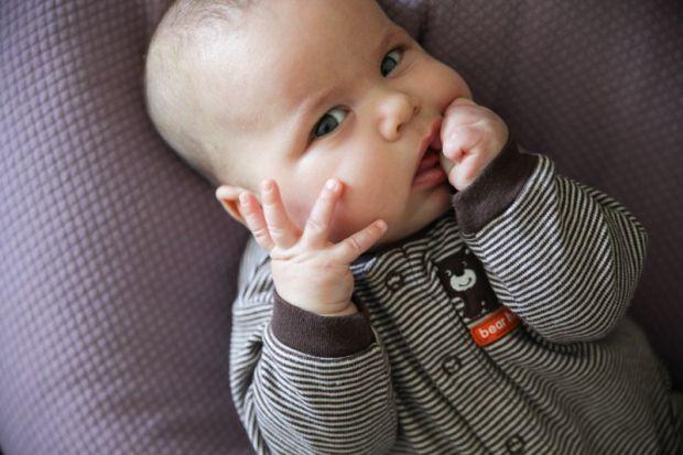 Смоктання ручок - це вроджений інстинкт, який з'явився ще в утробі матері. Найбільшу активність він проявляє в 3-5 місяців, коли діти вже володіють св
