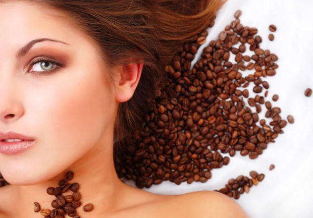 Цей ароматний продукт підходить для всіх типів шкірного покриву. Процедури з використанням натуральних мелених кавових зерен підвищують пружність епід
