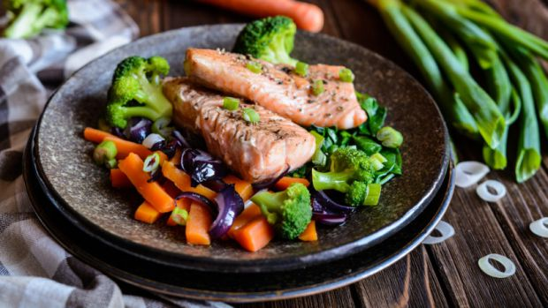 Від суші і ролів варто відмовитися, в раціоні вагітної має бути риба, яка добре термічно оброблена.