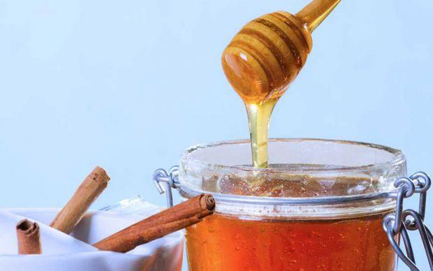 Деякі, використовуючи маску для обличчя з меду і кориці, залишають її на шкірі протягом 30 хвилин. Інші ж використовують суміш цих продуктів як пасту,