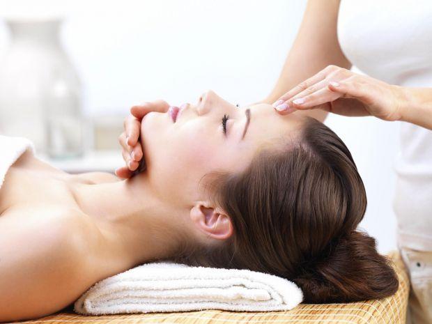 Виконання масажу срібними ложками, яке зараз проводять у багатьох дорогих косметичних салонах — це, звичайно, добре, але ми обійдемося простими ложкам