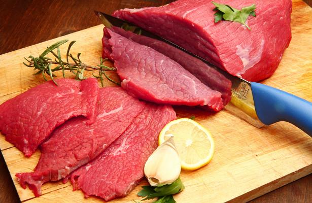 Порівняно недавно на це питання можна було відповісти однозначно: сире м'ясо вживати не можна. Справа в тому, що, наприклад, свині - тварини всеїдні,