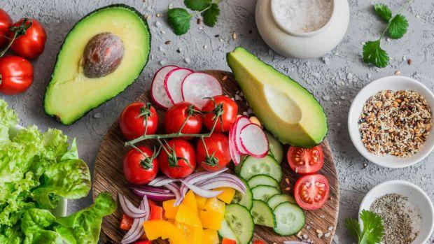 Здавалось би, ти їсиш лише стільки кілокалорій, скільки радять дієтологи, а все одно не худнеш, у чому справа? А причина в їжі, яку ми споживаємо.