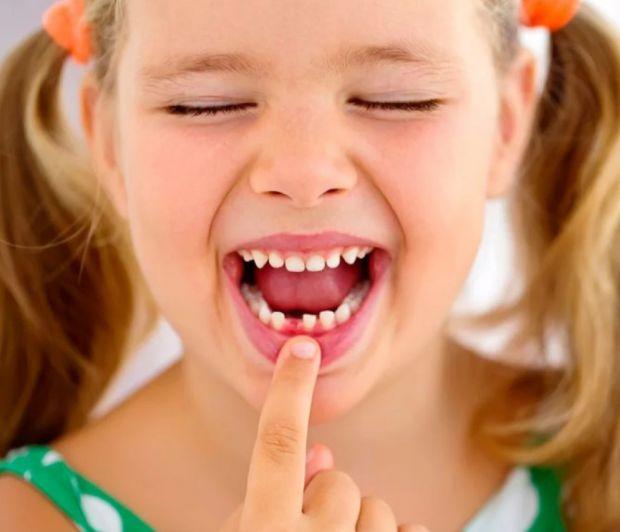 Зміна молочних зубів у дітей на постійні починається приблизно в 5 років, а закінчується до 15 років.