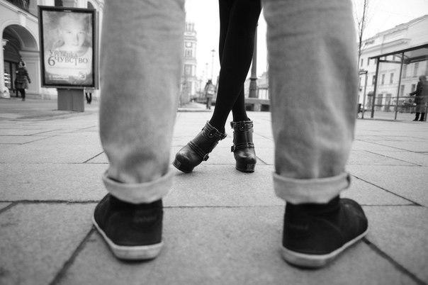 Пропонуємо вашій увазі фотопідбірку невідомого автора, який дуже вдало відтворив лінію кохання: перша зустріч, перше побачення, перша ніч...
