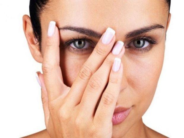Косметологи дали декілька ефективних порад для жінок, які мають набряки під очима.