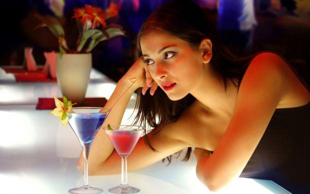Жінки починають вживати більше алкоголю після вступу в шлюб, тоді як чоловіки, навпаки, починають пити менше. Нове дослідження також виявило, що чолов