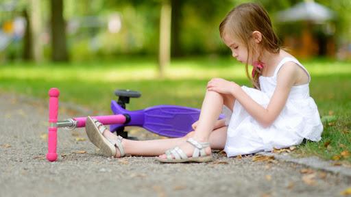 Дитина травмувалася, подряпалася - як уберегтися від правця?