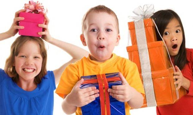 Так, дитині варто робити подарунки, але щоб вони були доречними, а не будь-коли.