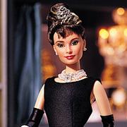 Багато ляльок Барбі створюють на честь відомих, неперевершених та легендарних зірок кіно. Одрі Хепберн не стала винятком. Лялька Барбі, яка повністю к