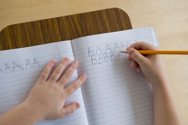 Як навчити малюка тримати ручку і нею писати?
